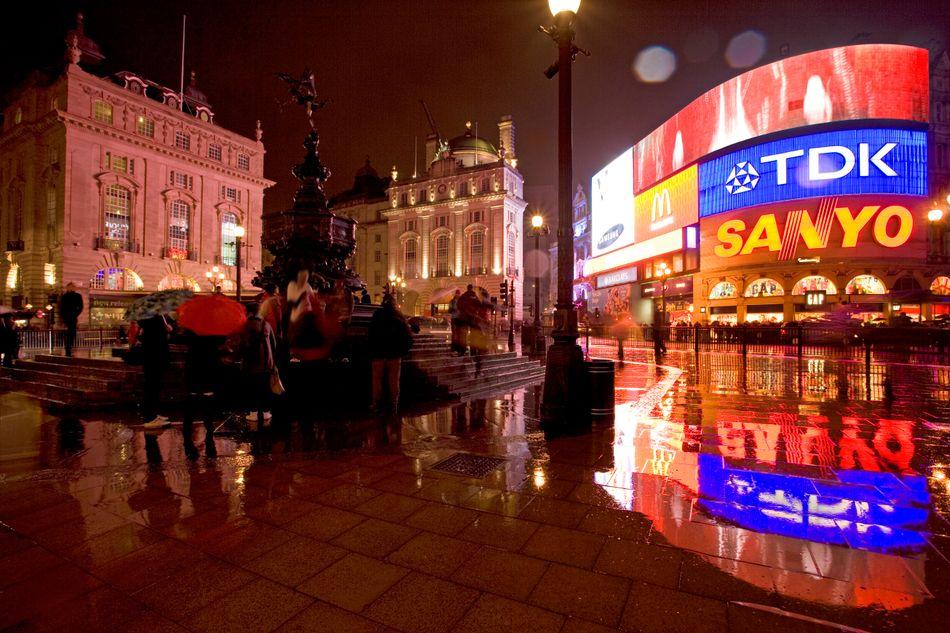 """Em """"Harry Potter e as Relíquias da Morte – Parte 1"""", os três personagens principais aparatam para a praça Piccadilly Circus, em Londres."""