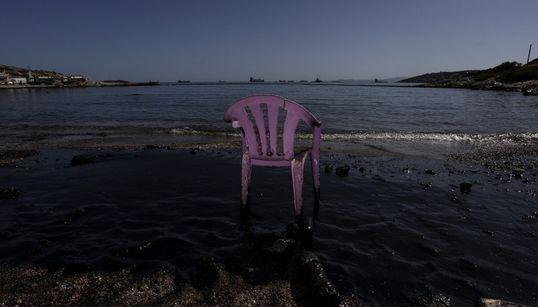Κομμάτια πετρελαιοκηλίδας παρουσιάστηκαν κοντά στον Πειραιά από το ναυάγιο του δεξαμενόπλοιου ΑΓ.ΖΩΝΗ
