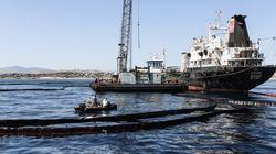 Συνεχίζεται η επιχείρηση απορρύπανσης στον Σαρωνικό. Αποφυγή κολύμβησης σε μολυσμένες περιοχές συνιστά το