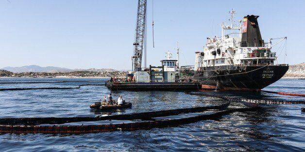 Συνεχίζεται η επιχείρηση απορρύπανσης στον Σαρωνικό. Αποφυγή κολύμβησης σε μολυσμένες περιοχές συνιστά...