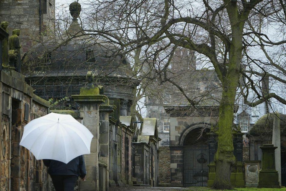 Situado a pouca distância a pé do The Elephant House, o cemitério de Greyfriars Kirkyard, em Edimburgo, teria inspirado alguns dos nomes dos personagens de J.K. Rowling. O exemplo mais famoso é o túmulo de Thomas Riddell.
