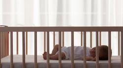 Δίδυμα τεσσάρων μηνών βρέθηκαν μόνα τους στο Περιστέρι. Σύλληψη της 15χρονης μητέρας και 23χρονου