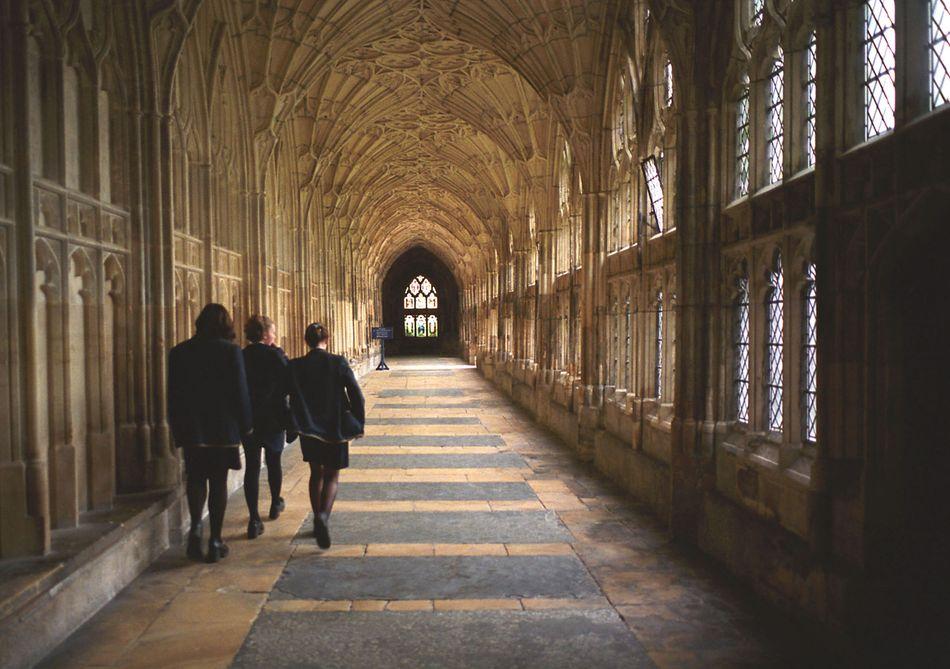 """Os claustros da Catedral de Gloucester aparecem nos dois primeiros filmes """"Harry Potter"""" em diversas cenas de Hogwarts (como a chegada dos alunos dos primeiros anos na sala comum de Grifinória pela primeira vez e a descoberta da mensagem sinistra dizendo que """"a Câmara dos Segredos foi aberta""""), e também, mais rapidamente, no sexto filme."""