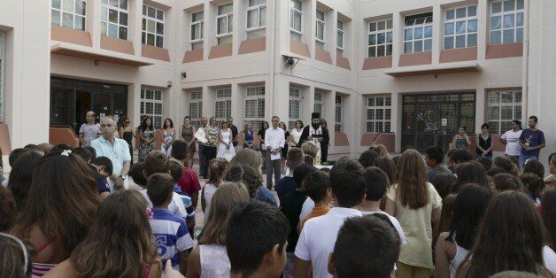 Αγιασμός και πρώτο κουδούνι: Ανοίγουν τα σχολεία για τη νέα σχολική