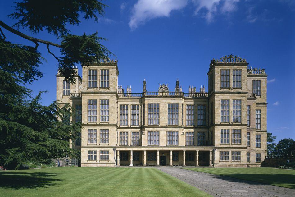 A mansão Hardwick Hall, em Derbyshire, Inglaterra, foi usada nas filmagens de cenas externas (e também algumas internas) da Mansão dos Malfoy.