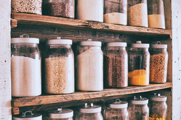 Uma despensa bem organizada facilita a visualização do que você tem em casa, de modo...