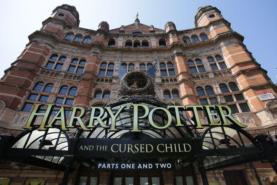 """A peça em duas partes """"Harry Potter and the Cursed Child"""" (Harry Potter e a Criança Amaldiçoada) está em cartaz no Palace Theatre, em Londres, no Lyric Theatre, em Nova York, e no Princess Theatre, em Melbourne."""