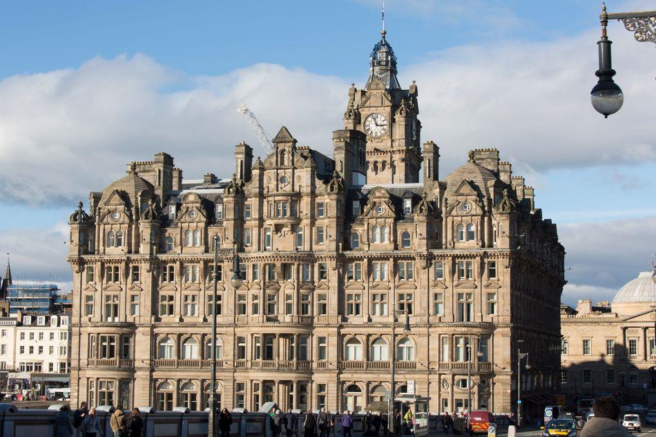 """Rowland terminou de escrever """"Harry Potter e as Relíquias da Morte"""" no The Balmoral, um hotel de luxo em Edimburgo. O quarto onde a autora se hospedou ganhou um nome novo desde então, """"J.K. Rowling Suite"""", e os fãs que quiserem podem desembolsar mais de 1.000 libras (R$5.100) para se hospedar ali."""