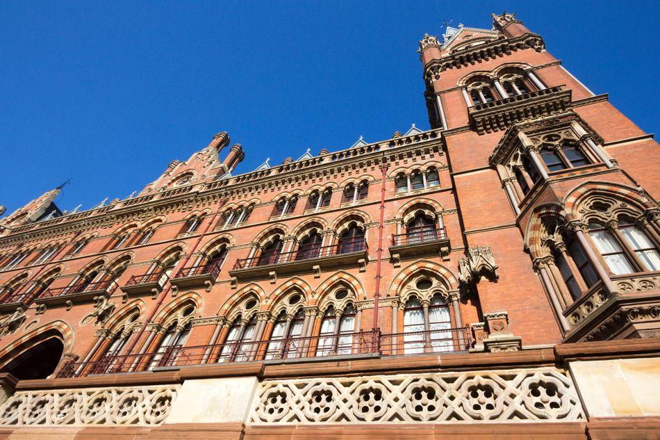 Harry e Roni sobrevoaram as torres do St Pancras Renaissance Hotel no carro encantado Ford Anglia no segundo filme da série.