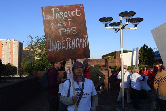 Une militante tient une pancarte affirmant