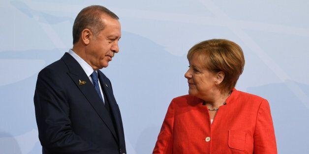 Μέρκελ: Η ΕΕ θα επανεξετάσει τις σχέσεις της με την Άγκυρα τον