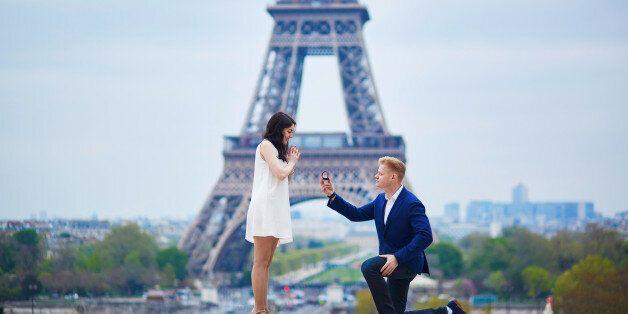 Μία γυναίκα σχολίασε αρνητικά το δαχτυλίδι που της έκανε πρόταση γάμου ο φίλος της και ο κόσμος έγινε