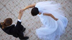 Βίντεο: Κουμπάρος και παράνυμφος πάνε να εντυπωσιάσουν κάνοντας ακροβατική είσοδο στον γάμο και καταλήγουν στο