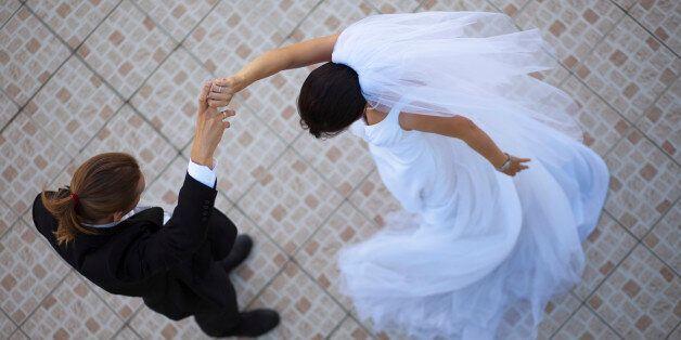 Βίντεο: Κουμπάρος και παράνυμφος πάνε να εντυπωσιάσουν κάνοντας ακροβατική είσοδο στον γάμο και καταλήγουν...