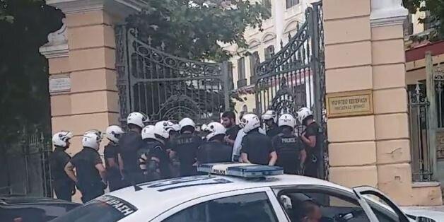 Μέλη του Ρουβίκωνα εισέβαλαν στο Υπουργείο Μακεδονίας. Απωθήθηκαν από τους