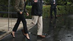 Η Μελάνια Τραμπ δεν αποχωρίζεται ποτέ τις γόβες της. Ούτε όταν αποφασίζει να πάει στο πλημμυρισμένο