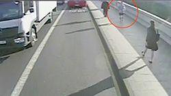 Τζογκερ ενώ διασχίζει γέφυρα του Λονδίνου σπρώχνει μια γυναίκα μπροστά σε λεωφορείο