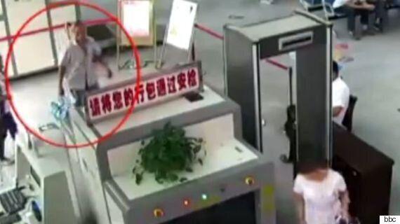 Άνδρας στην Κίνα συνελήφθη επειδή μετέφερε στην τσάντα του ανθρώπινα