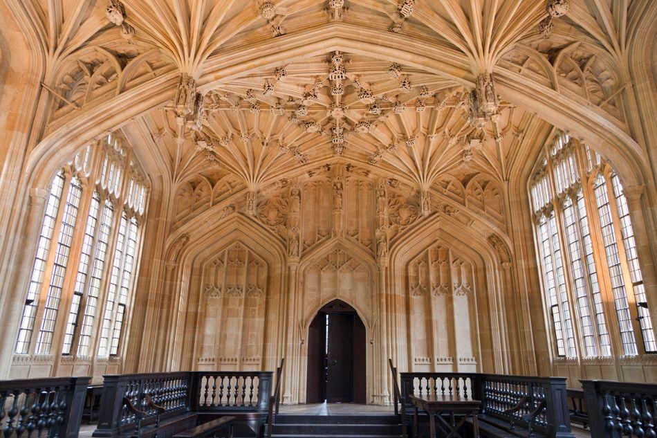 Várias áreas da Universidade Oxford aparecem nos filmes, incluindo a Divinity School (Escola de Teologia) da Biblioteca Bodleian, que virou a enfermaria de Hogwarts. Outro lugar que faz parte da Biblioteca Bodleian, Duke Humfrey's Library, fez as vezes da biblioteca da escola Hogwarts nos filmes.