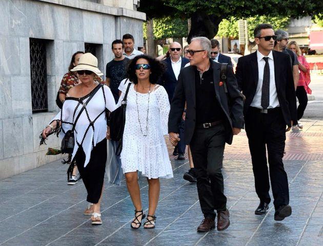 Patricia Ramírez (c), la madre del pequeño Gabriel entra junto a familiares y amigos, y acompañada de...