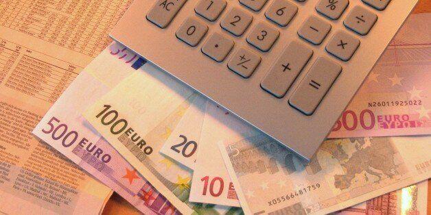 (GERMANY OUT) Börse, Börsenkurse: Taschenrechner, Euro Geldscheine und Aktienkurse in einer Zeitung...