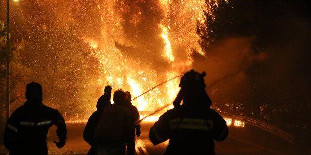 Συνεχίζεται η μάχη με τη φωτιά στον Κάλαμο, πολύ υψηλός ο κίνδυνος πυρκαγιάς και