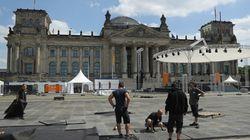 Κινέζοι τουρίστες έκαναν τον ναζιστικό χαιρετισμό μπροστά στη γερμανική Βουλή (και