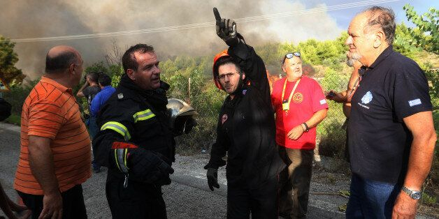 Σε εξέλιξη πυρκαγιά στον Κάλαμο: Καίγονται σπίτια, εκκενώθηκαν