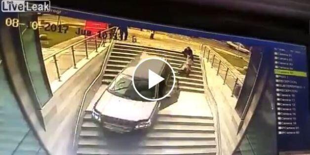 Βίντεο: «Πάρκαρε» κατά λάθος το αυτοκίνητό της σε σκαλιά και μετά ξέχασε να βάλει