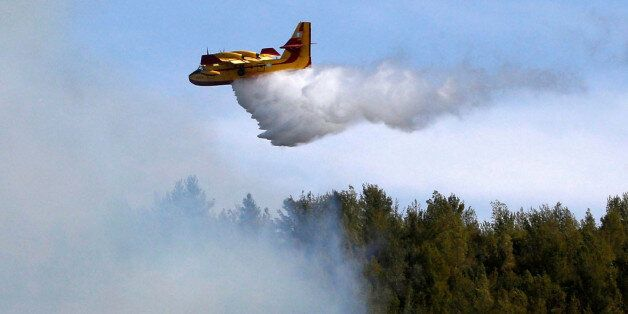 A firefighting plane from Greece fights a wildfire over a forest near Jerusalem November 24, 2016. REUTERS/Ronen