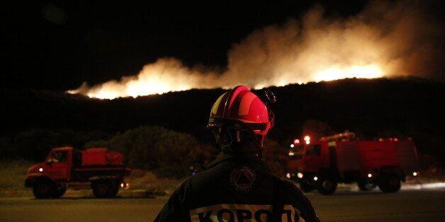 Μάχη με τα μέτωπα της πυρκαγιάς που ξεκίνησε από τα Καλύβια. Οι φλόγες έφτασαν στην παραλιακή της