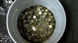 Τι θα κάνατε αν βρισκόσασταν μπροστά σε έναν κουβά με κέρματα; Μια πρόκληση στην Κίνα έχει διχάσει το