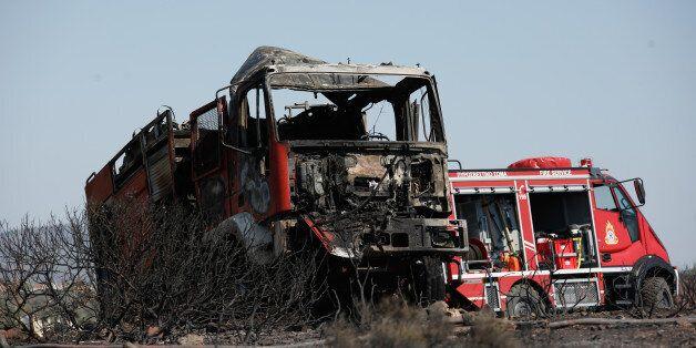 Σε ύφεση η πυρκαγιά στην Ανάβυσσο. Κάηκαν σπίτια και αυτοκίνητα. Τρεις πυροσβέστες