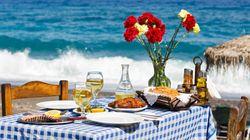 Η Telegraph υμνεί την ελληνική κουζίνα και επιλέγει τα 10 καλύτερα φαγητά και γλυκά που πρέπει να γευτούν