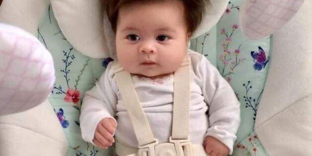 Αυτό το μωρό έχει σίγουρα πιο πυκνά μαλλιά από εμάς και δεν το