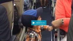Δίχρονο αγοράκι κάνει fist-bump σε επιβάτες αεροπλάνου, κατά τη διάρκεια της επιβίβασης