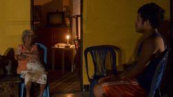 Λευκές πλαστικές φιάλες γεμάτες νερό, φωτίζουν σπίτια χωρίς ηλεκτρικό