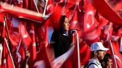 Εκατοντάδες χιλιάδες άνθρωποι στους δρόμους της Τουρκίας για να τιμήσουν τα θύματα του αποτυχημένου