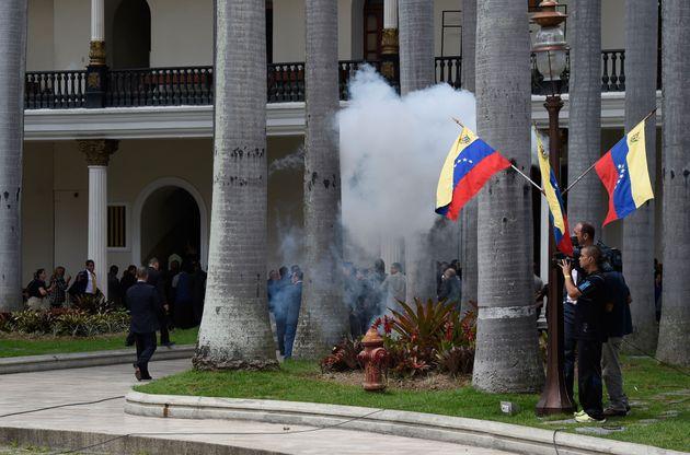 Ομάδα υποστηρικτών του Μαδούρο εισέβαλε στο κοινοβούλιο. Αναφορές για τραυματίες