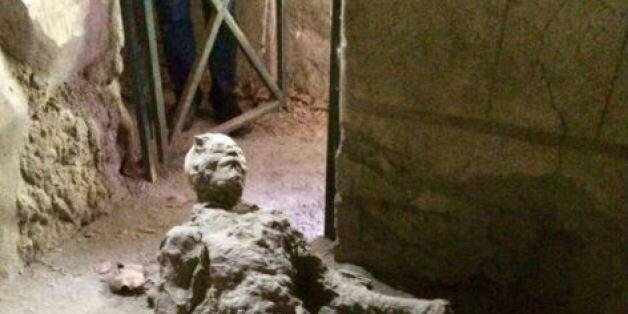 Το πονηρό μυαλό χρηστών των social media έκανε viral την εικόνα άνδρα που πέθανε κατά την έκρηξη του...