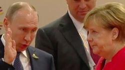 Η Μέρκελ δεν μοιάζει καθόλου εντυπωσιασμένη με αυτά που της εξηγεί ο