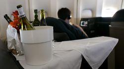 Αεροσυνοδός σπάει μπουκάλι κρασί σε κεφάλι