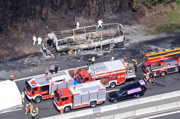 Κάηκε λεωφορείο έπειτα από τροχαίο στη νότια Γερμανία. Πολλοί οι απανθρακωμένοι και δεκάδες οι