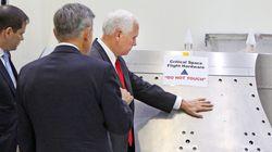 «Μην αγγίζετε» «Πού; Εδώ;»: Ο Μάικ Πενς, αντιπρόεδρος των ΗΠΑ, θα μπορούσε να είναι ΑΥΤΟΣ ο φίλος