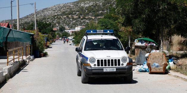 Τα «λάφυρα» από την αστυνομική επιχείρηση στο στρατόπεδο Καποτά στο Μενίδι. 26 συνολικά οι