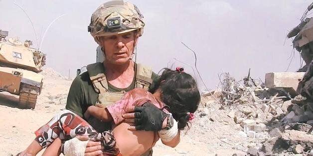 Βίντεο καταγράφει τη στιγμή που ένας Αμερικανός στρατιώτης σώζει ένα κοριτσάκι από τα πυρά του