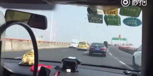Ταξιτζής στη Σαγκάη προσπερνά πάνω από 50 αυτοκίνητα σε δύο λεπτά. «Ήταν η πιο τρομακτική εμπειρία της...