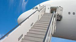 Αεροπορική εταιρεία ανάγκασε άτομο με αναπηρία να συρθεί στις σκάλες για να επιβιβαστεί στο