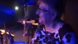 Γιαγιά στην Κύπρο δίνει...ρεσιτάλ παίζοντας ντραμ σε