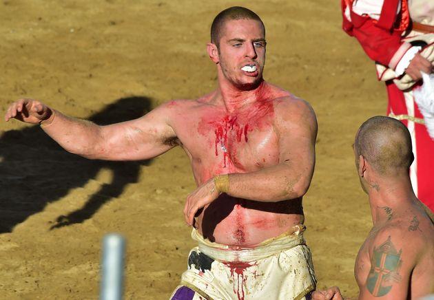 Άγριο και πρωτόγονο. Το πιο σκληρό άθλημα στον κόσμο, ο πρόγονος του ποδοσφαίρου, αναβιώνει στη